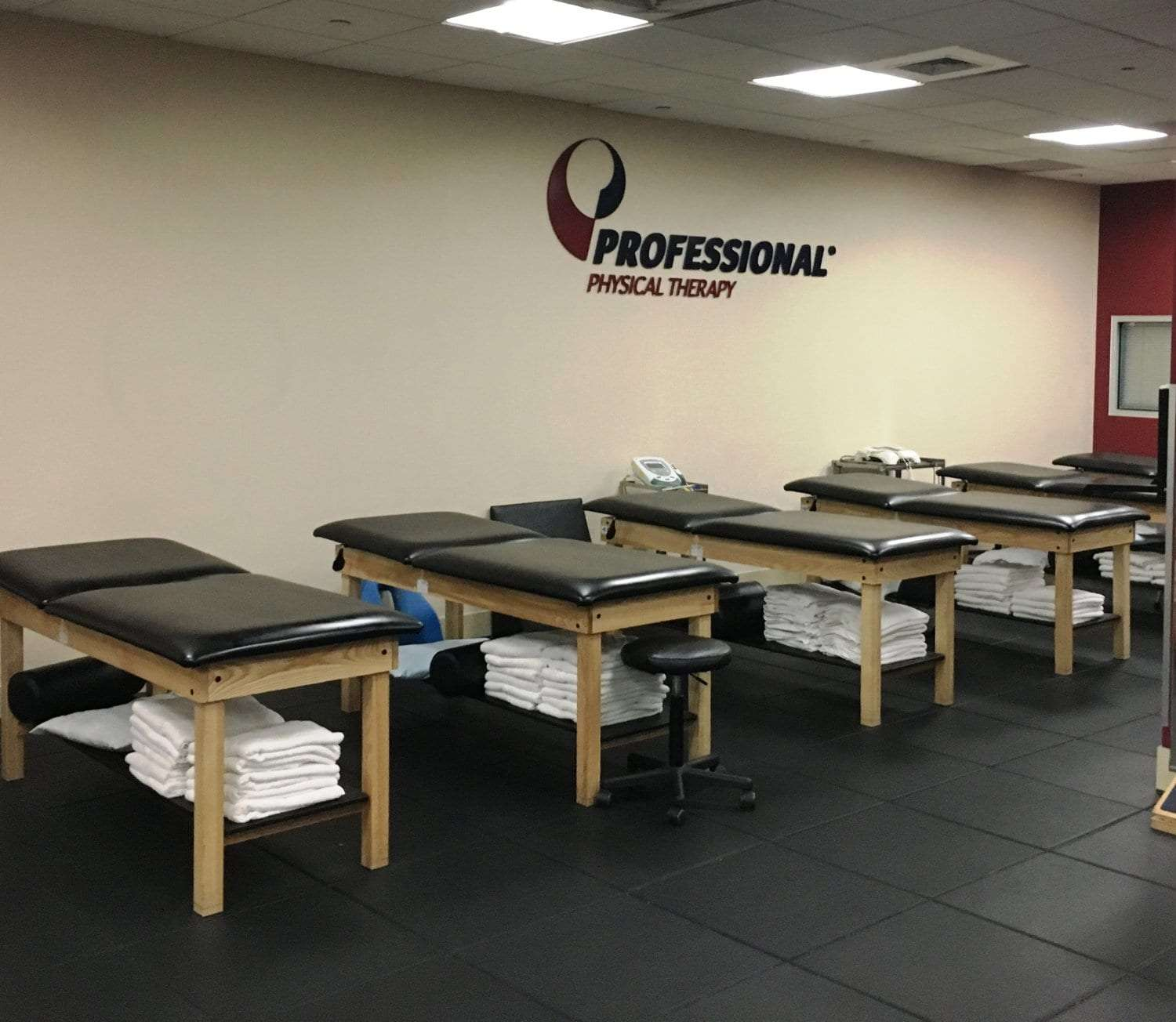 An image of six stretch beds at our physical therapy clinic in Manhattan, New York City at Midtown East on Fifth Avenue.
