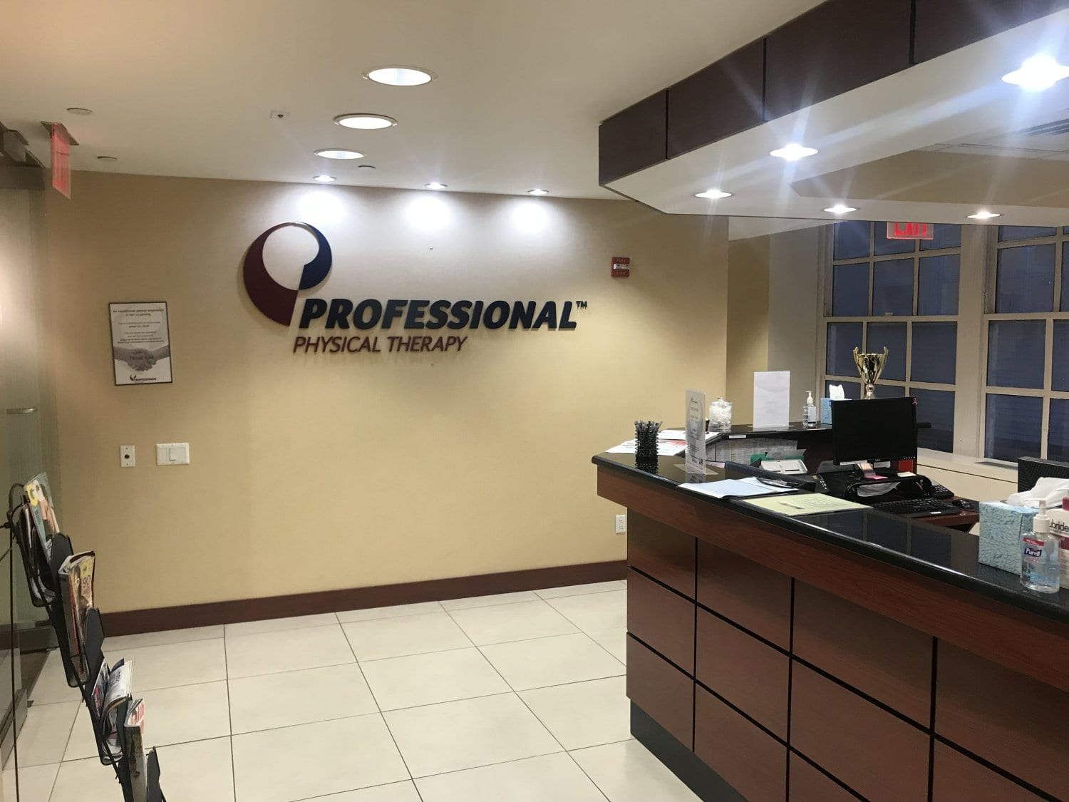 An image of the front desk where patients check in at our physical therapy clinic in Manhattan, New York City, Midtown East.