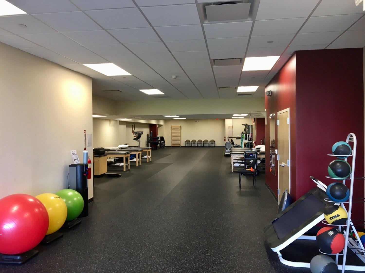 An image of the interior of our physical therapy clinic in Morristown, New Jersey at Headquarters Plaza. Image includes exercise balls, stretch beds, and medicine balls.